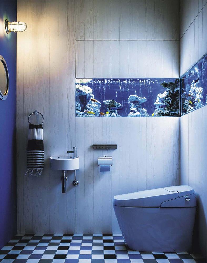 Bath with aquarium